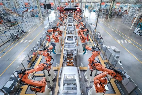 合肥经开区江淮蔚来先进制造基地里的智能新能源汽车生产线。李长龙 记者 张大岗 摄