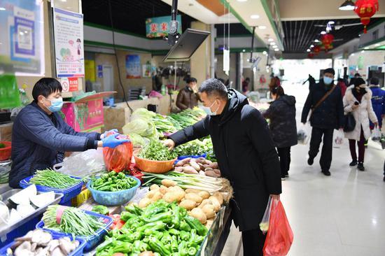 日前,千万加蓝天菜市场,市民在干净整洁的环境内购买自己中意的菜品