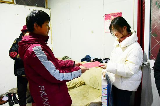 图   中环北大爱心大使杨毅为若若送上暖冬物资和慰问金