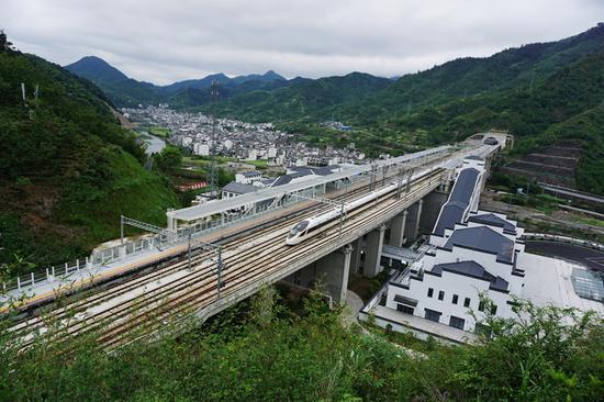 高铁动车组列车从杭黄高铁三阳站飞驰而过。