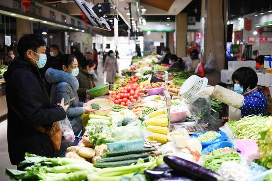 琳琅满目的新鲜蔬菜仍是市民的首选。
