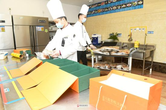 """阜阳市天英宝鼎大酒店的厨师在忙碌着包装""""打包年夜饭礼盒"""""""