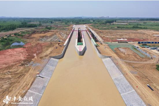引江济淮淠河总干渠渡槽充水试验成功