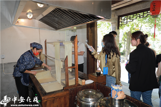 记者在永泉农庄参观手工制作豆皮