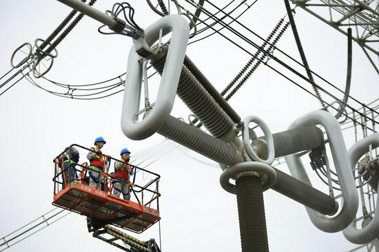 公司员工在1000kV交流滤波器场进行断路器清洁工作(徐乐旸 摄)