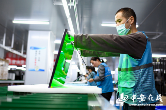 10月10日,在位于淮南市高新区产业园的安徽灰熊视创科技有限公司,工人在组装智能显示器