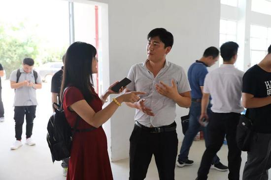 媒体采访中建国际小微企业创业园主管蒯磊