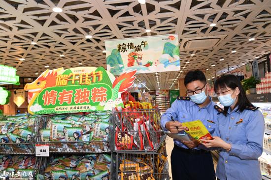 市场监管所工作人员正在辖区一家大型超市进行检查