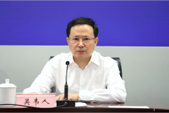 省经济和信息化厅党组成员、副厅长吴韦人介绍安徽抢抓新基建机遇的总体考虑。