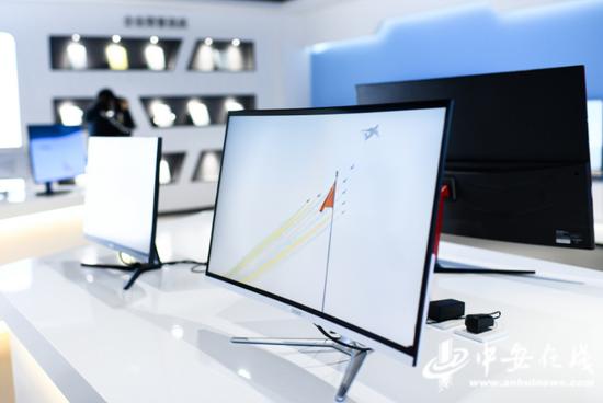 10月10日,在位于淮南市高新区产业园的安徽灰熊视创科技有限公司,显示器展厅