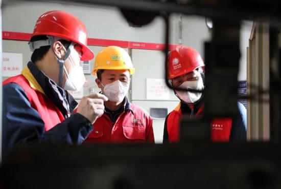 2月4日,全国劳模易斌带队在安徽联河米业有限公司进行电力设备特巡,保障企业加急生产(陈四高 摄)