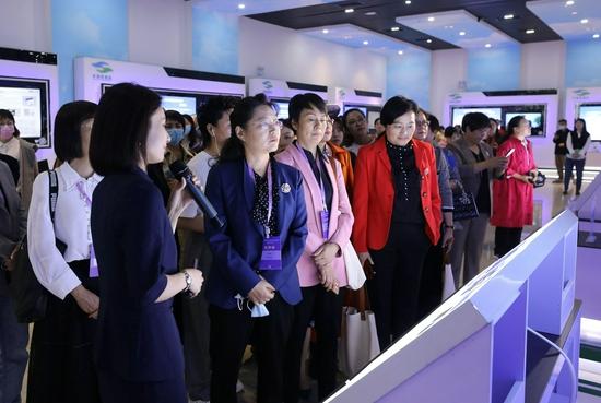 """10月13日上午,女企业家在""""中国环境谷""""展厅参观。"""