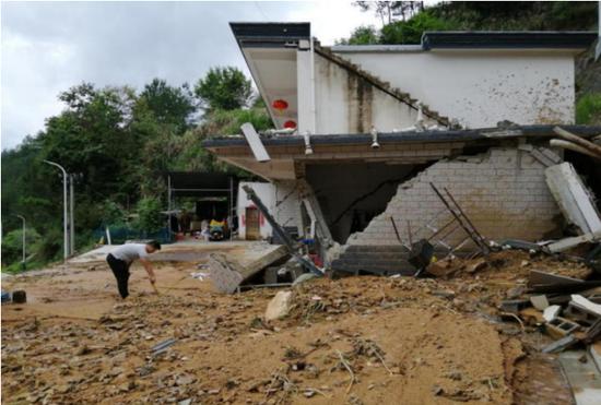 (图2:国元保险岳西支公司赴受暴雨影响倒塌农房现场进行查勘定损)