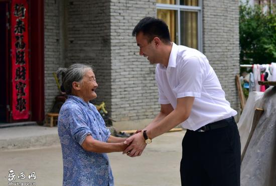 安徽山城集团董事长王剑在平等村走访