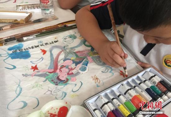 资料图:学生绘画。刘玉桃 摄