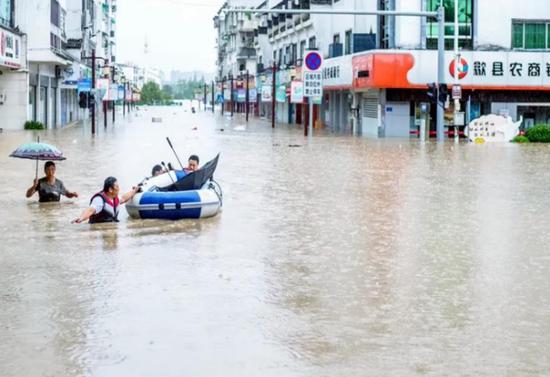 (图1:安徽歙县遭遇50年一遇洪涝灾害)