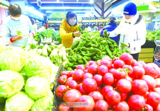 市民在阜城一家超市农副产品平价销售专柜选购新鲜蔬菜。记者 王彪 摄
