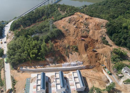 因前期连降暴雨出现塌陷的山坡