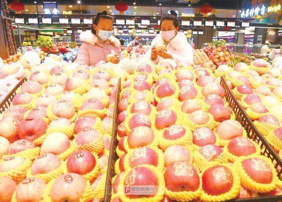1月26日,市民在清河路一家商场选购水果。