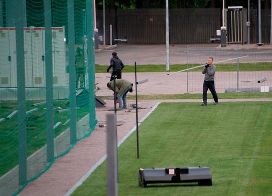 球场外部建起了巨大的绿幕