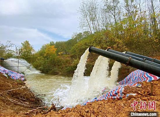 全椒县水利局架设临时泵站,为自来水厂储备水。(沈果供图)
