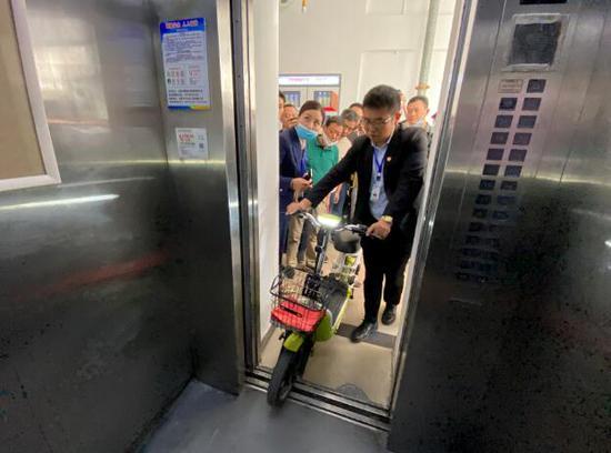 电动车进入电梯 电梯门无法关闭!合肥部分小区出怪事
