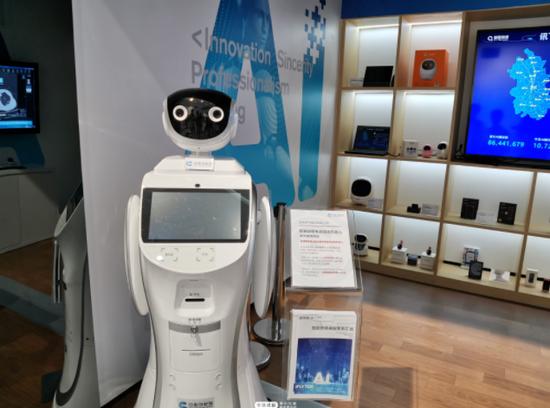 安徽创新馆1号馆内展示的智医助理电话随访机器人