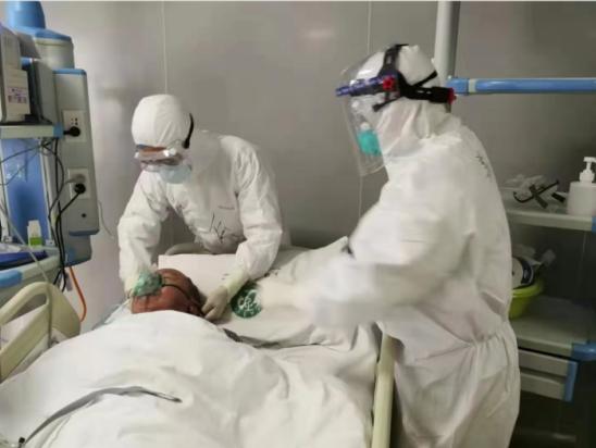 朱守俊在ICU里照护患者