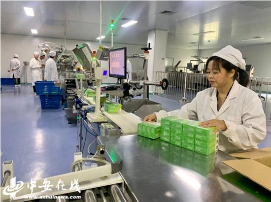 药企工作人员正在生产车间工作