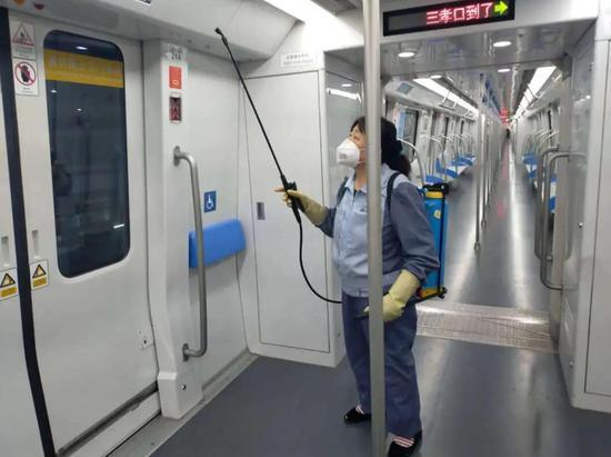 开空调了!戴口罩乘地铁不用担心会热啦