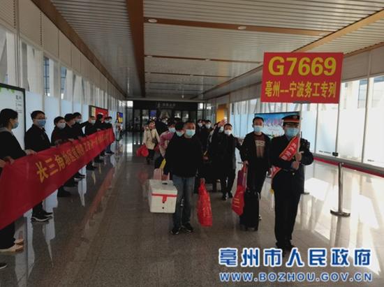 务工人员正在高铁亳州南站进站乘车 张延林 摄