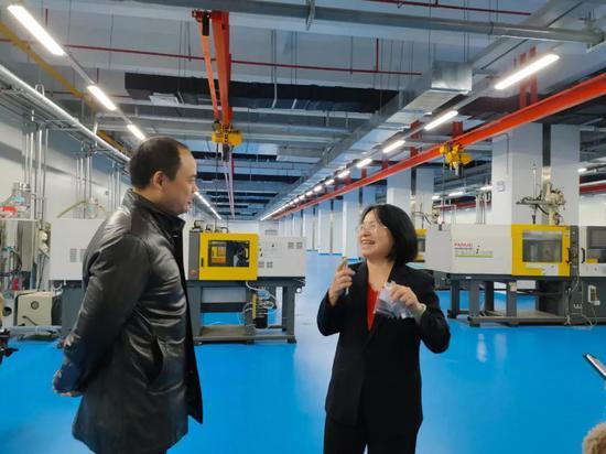 在帏翔电子科技(安徽)有限公司,人事行政经理金吉娟提到园区的服务就咧开了嘴笑起来