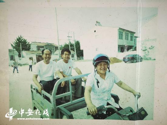 郭东海坐在电动三轮车上,准备去走访村民