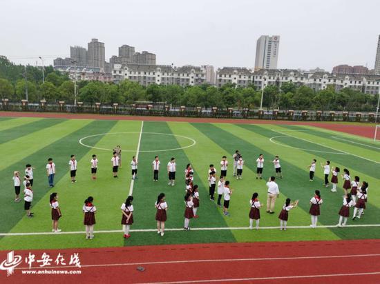 肥西县上派镇乐平路小学校园里,40多名学生正全心投入一堂心理健康辅导课。