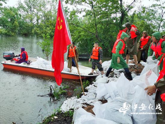 合枞项目办协助桐城市抢险孔城河堤