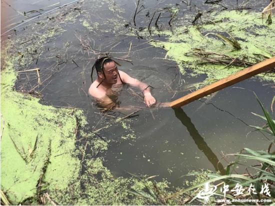 今年张利民再次跳入水中找管涌漏洞
