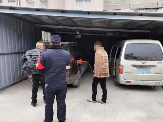 正在给私家车加油的面包车被民警当场查获。
