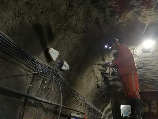 安徽移动六安分公司工作人员在矿井内布设5G网络以实现无人运输