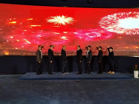 安庆市、大观区领导及媒体代表共同为首届融媒体大观行大屏幕按印启动