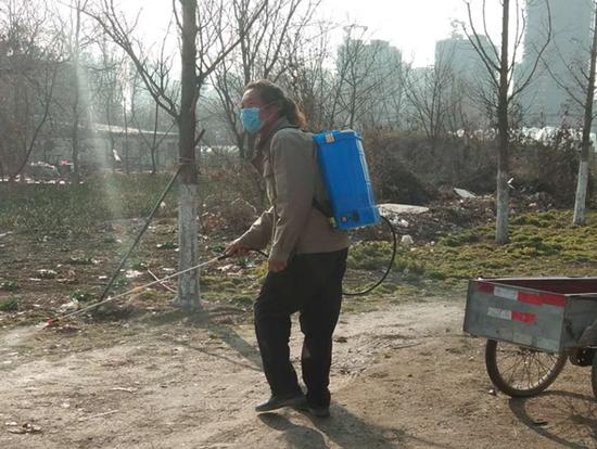五岔社区村民朱文明在屋前家后及值守点周围喷洒消毒水,每天给值守点志愿者们送去开水。