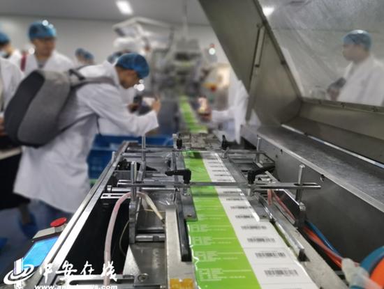 安徽济人药业集团生产车间里的自动化生产线