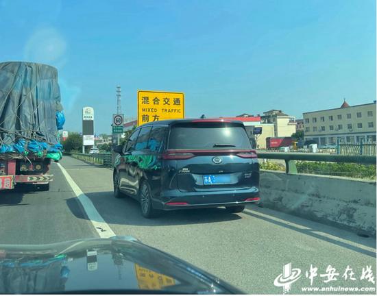 """网友高速上拍下57辆车违法占用 """"生命通道"""""""