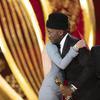 查理兹·塞隆为马赫沙拉·阿里《绿皮书》颁发最佳男配角奖。