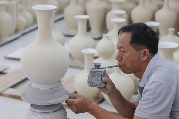 """古法瓷窑""""把桩师""""的瓷器人生"""