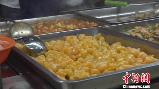 信阳师范学院食堂推出的黑暗料理胡萝卜炒橘子。 阚力 摄