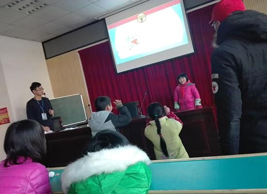 志愿者与孩子们的互动游戏开启了一天的活动