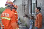 熊孩子头卡防盗窗求助消防 亲爹一旁笑出声