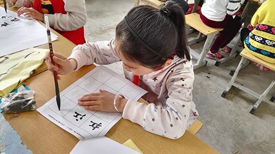 学生在一笔一划的练字