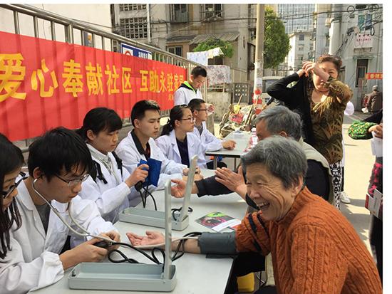 志愿者为居民测量血压