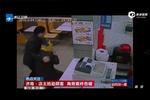 监拍快餐店主抢劫女顾客 女子头缠胶带求助